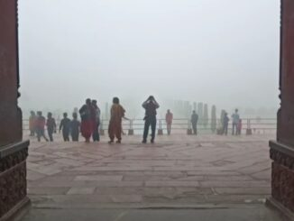Tourists disappointed due to absence of Taj Mahal due to dense fog, incomplete desire to be photographed