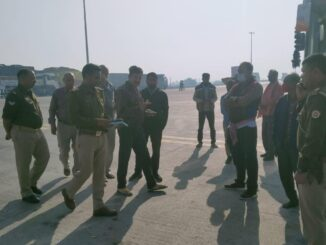 Youth falls from a moving bus on Agra Lucknow Expressway, driver dies due to negligence of driver