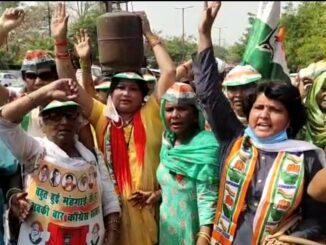 Congress holds a strong protest against inflation by keeping bangles in its hands and cylinders on its head.