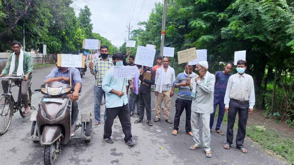 Agra. Motor Car Mechanic Association took out a procession and demonstrated against the Cantonment Council, through this procession the Motor Car Mechanic expressed their indignation against the promise of the Cantonment Board.