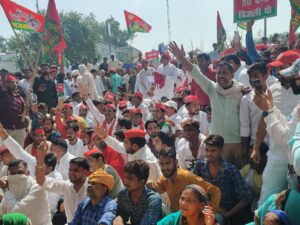 Lathi charge on SP workers who came to gherao DVVNL over farmers' problems, city president Wajid Nisar injured
