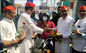 In protest against the increase in the price of petrol and diesel, the SP party reached the petrol pump in Gandhigiri, gathered public support