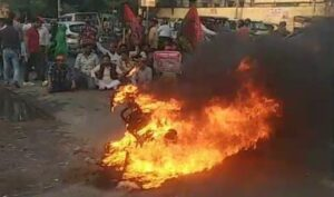 In protest against the increased prices of petrol, SP leaders burnt vehicles on MG Road, Agra Police is preparing for action