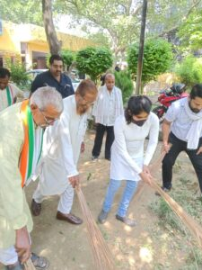 Congressmen boil over CM Yogi's statement, protest by sweeping Valmiki temple