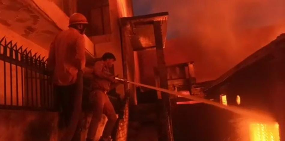 A huge fire broke out in the warehouse of the chemical factory, there was a stir in the area
